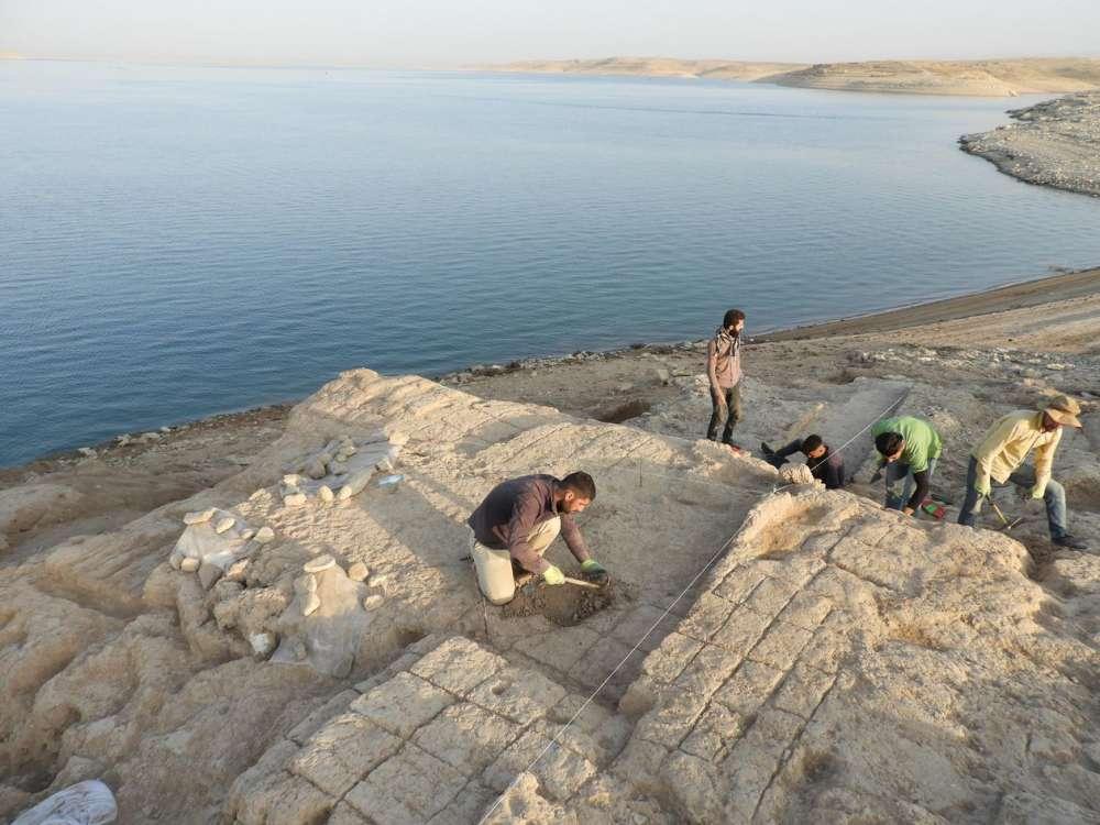 یکی از اتاقهای کاخ کمونه که در کرانهی سد موصل یافت شده. از میان این ویرانهها دیوارنگاشتههای رنگی کشف شده است.