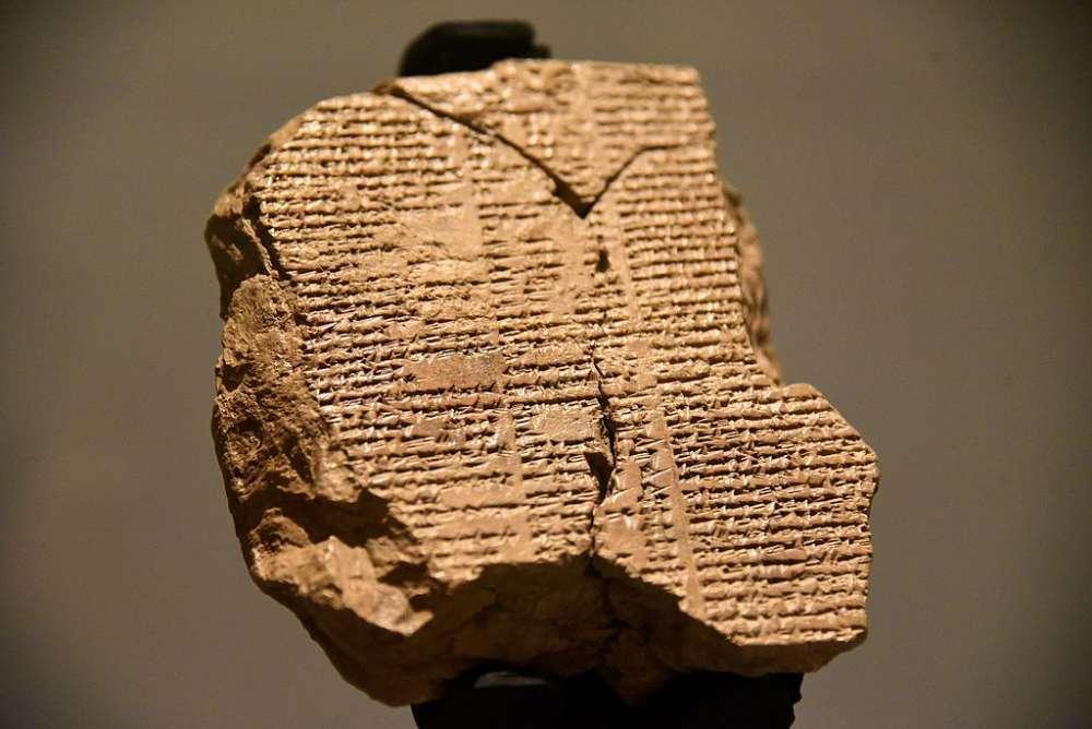 خط میخی را سومریان بینالنهرین حدود ۵۰۰۰ تا ۶۰۰۰ سال پیش اختراع کردند. این خطوط با ابزاری شبیه میخ روی گل حکاکی میشده و به همین دلیل به خط میخی منسوب است. خط میخی ابتدا برای مکاتبات دولتی و سپس برای مواردی همچون داستانگویی استفاده شد. افسانهی گیلگمش که گفته میشود از نخستین کارهای ادبی بشر است به خط میخی روی یک کتیبه حکاکی شده است.